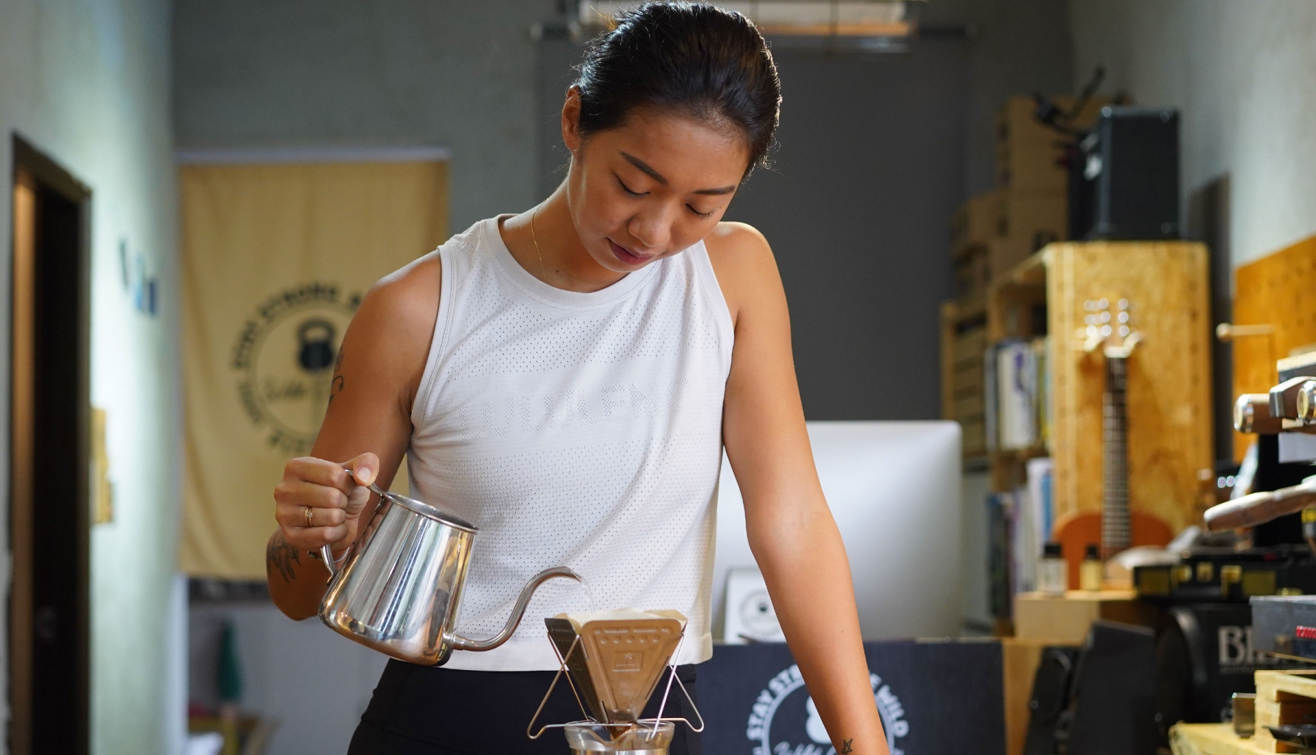 沖泡咖啡的瑪G露出專注神情。
