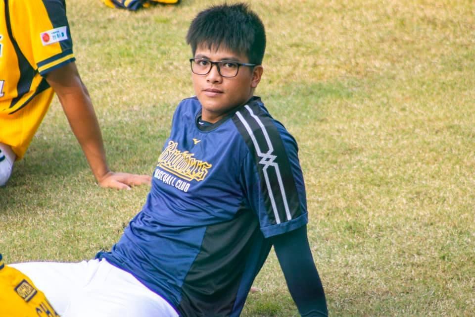 (戴上眼鏡的黃恩賜,平時就是一位平易近人的大男孩,黃恩賜FB粉絲專頁提供)
